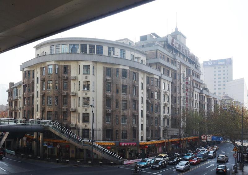 Вид здания в наши дни из-с пешеходного моста из-под автострады. Источник: Wikimedia user Livelikerw