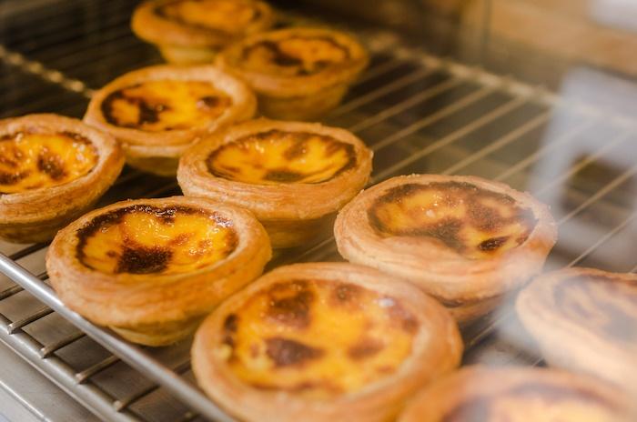Это не бледные британские тарты, а 葡式蛋挞 в процессе производства. Фото: Алина Кочетова