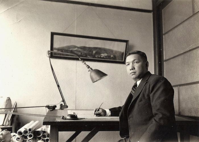 Архитектор Ли Цзинпэй за рабочим столом 1930-е годы. Источник: Lee Family Archive via nytimes.com