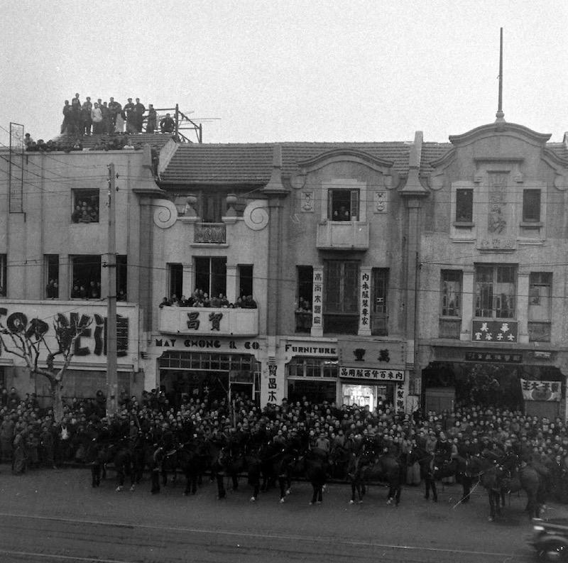 Фасад комплекса в 1948 году во время восстания танцовщиц. Источник: Jack Birns