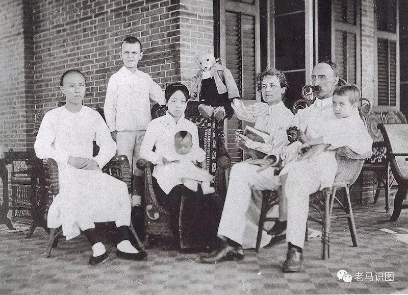Гилберт Рид с семьей и слугами. Источник: qpic.com