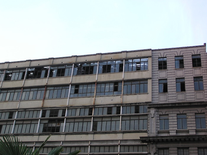 Изрядно перелицованный фасад бывшей больницы, до сноса. Источник: Катя Князева