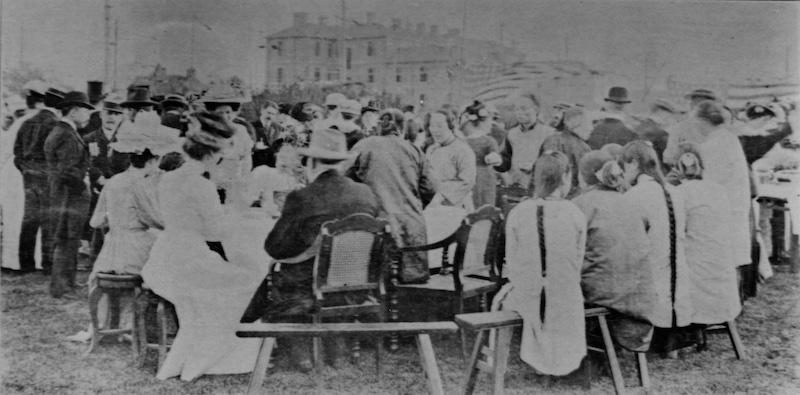 Культурный диссонанс на открытии института; куртизанки и сутенерши рядом с джентльменами и дамами