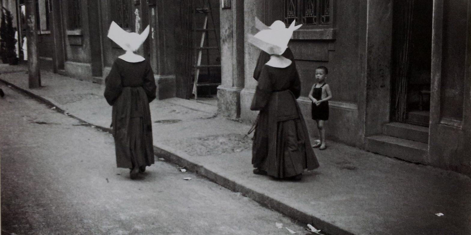 Монашки в характерных головных уборах ордера Дочерей милосердия на шанхайской улице в 1940-х годах (с) Zhang Cai 张才