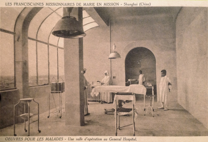 Операционная в больнице на открытке францисканской миссии. Источник: delcampe