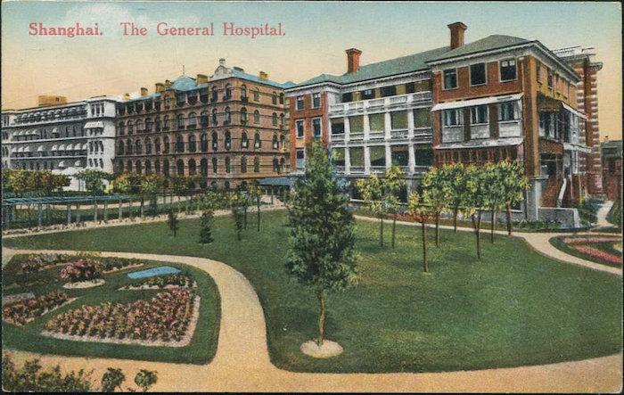 Открытка с видом больницы; слева главный корпус, справа монашеский корпус, а за ним кухонный блок, сохранившийся до наших дней. Источник: ebay.com
