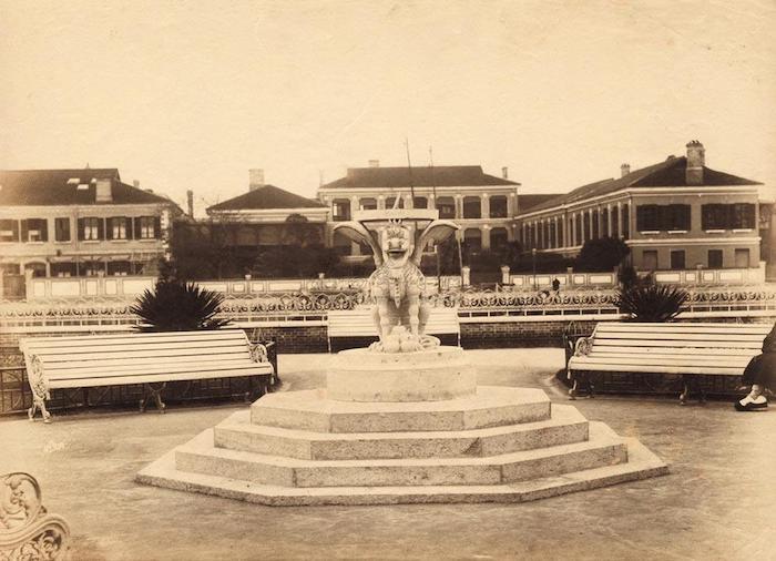 Вид из Китайского парка на старые корпуса больницы за речкой Сучжоу около 1900 года. Источник: auction.artron.net