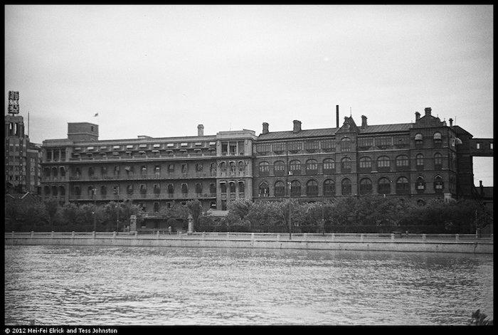 Вид на главный корпус с южного берега речки Сучжоу в 1937 году; справа виден мост-переход в кухонный блок. Источник: Malcolm Rosholt, Historic Photographs of China, Bristol University