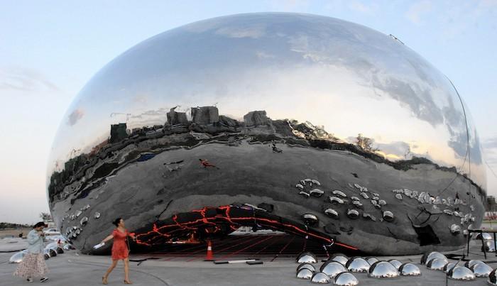 """Копия знаменитого """"боба"""" или """"Небесных ворот"""" британского скульптора Аниша Капура удивительным образом была установлена в Карамае (Синьцзян) в 2015 году, чем вызвала возмущение автора, известного чувствительностью к авторским правам. Источник: Chicago Tribune"""