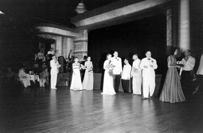 А. Вертинский и победительница Г. Солдатенко (в центре) в 1940 году. Источник: A. T. Hull