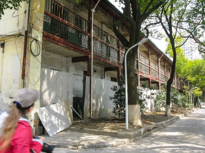 Автор статьи исследует заброшенный комплекс в 2011 году. Источник: Adam Sinykin