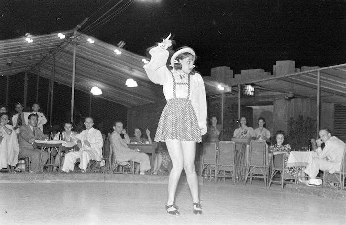 Бурлеск-танец на летней сцене. Источник: A. T Hull