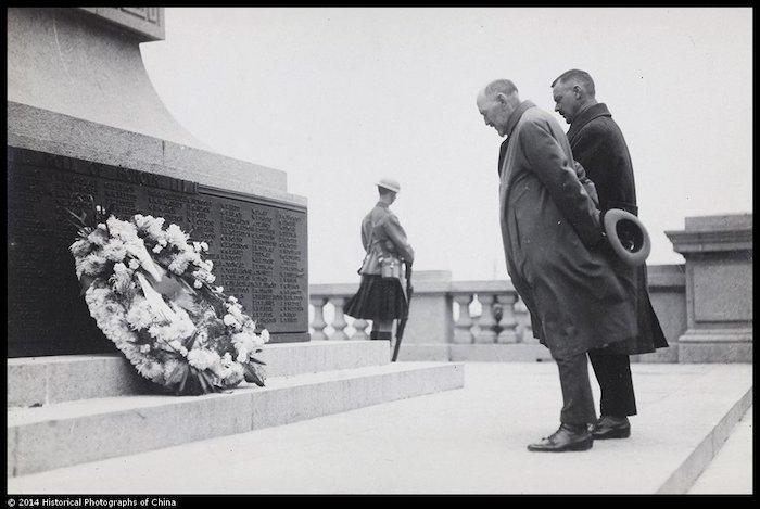 День поминовения погибших у мемориала на набережной в 1924 году. Источник: Archibald Lang, Hiistorical Photographs of China