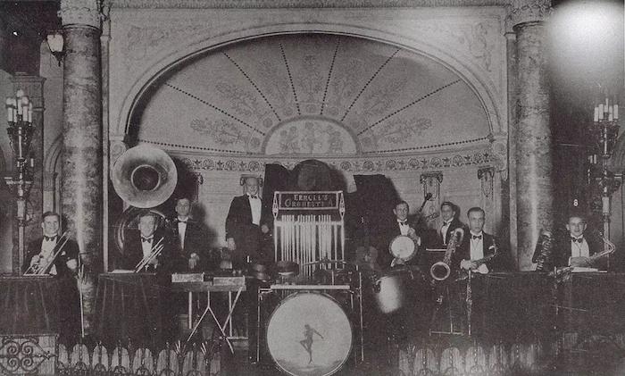"""Джаз-оркестр Сержа Эрмолла на сцене отеля """"Мажестик"""". Источник: В. Д. Жиганов """"Русские в Шанхае"""""""