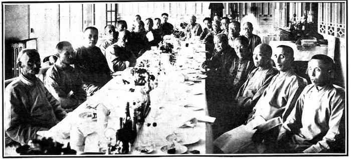 Ежегодный обед в честь спонсоров Дом призрения в 1929 году; Лу третий слева, а напротив сидит художник Ван Итин, пятый справа. Источник: The China Press