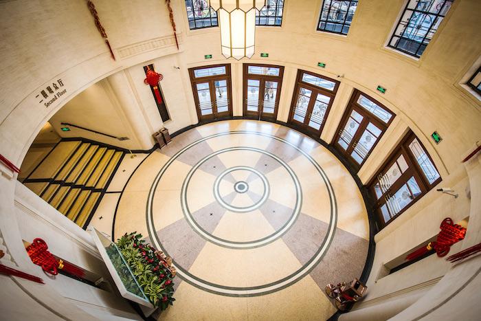 Лестница в фойе. Источник: Majestic Theatre