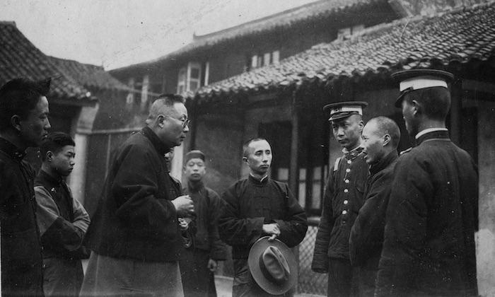 Лу Бохун читает преступнику душеспасительную лекцию. Источник: Maryknoll Mission Archive