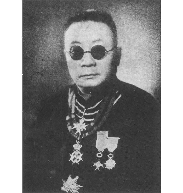 Лу в медалях, полученных лично из рук Папы Римского в 1926 году. Источник: Catholic Shanghai