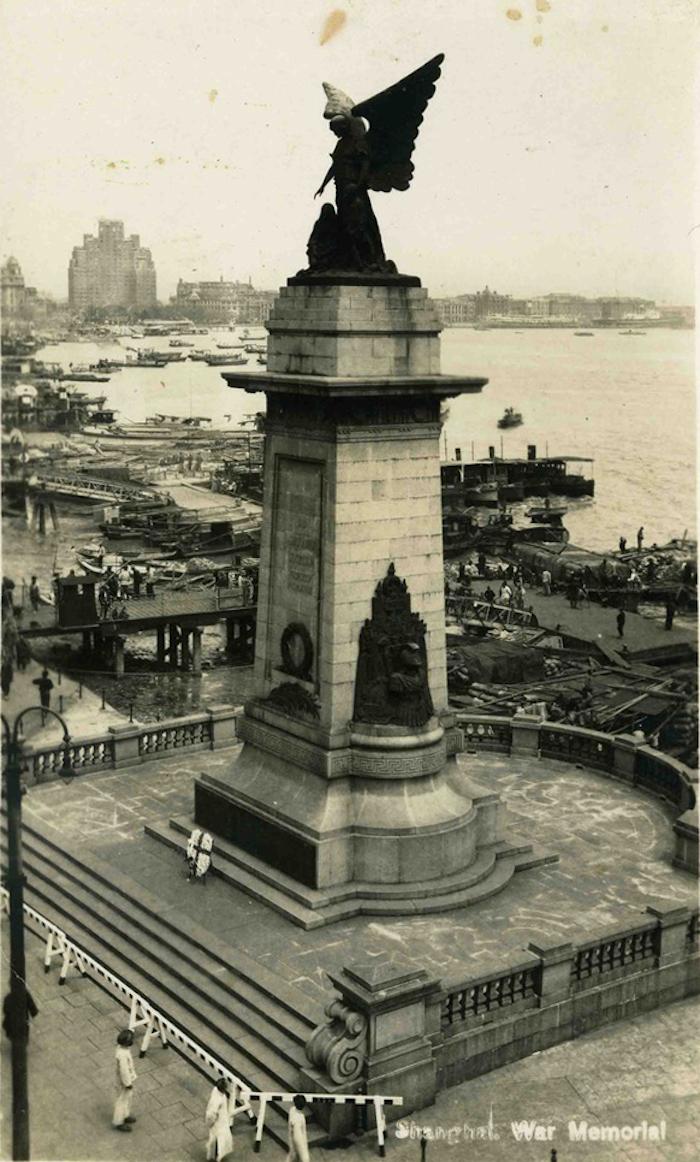Общий вид монумента; ограда у ступеней защищает от неподобающего использования. Источник: Virtual Shanghai