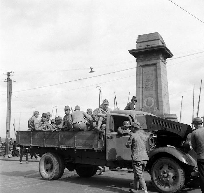 Опустевший пьедестал в 1945 году. Источник: George Lacks