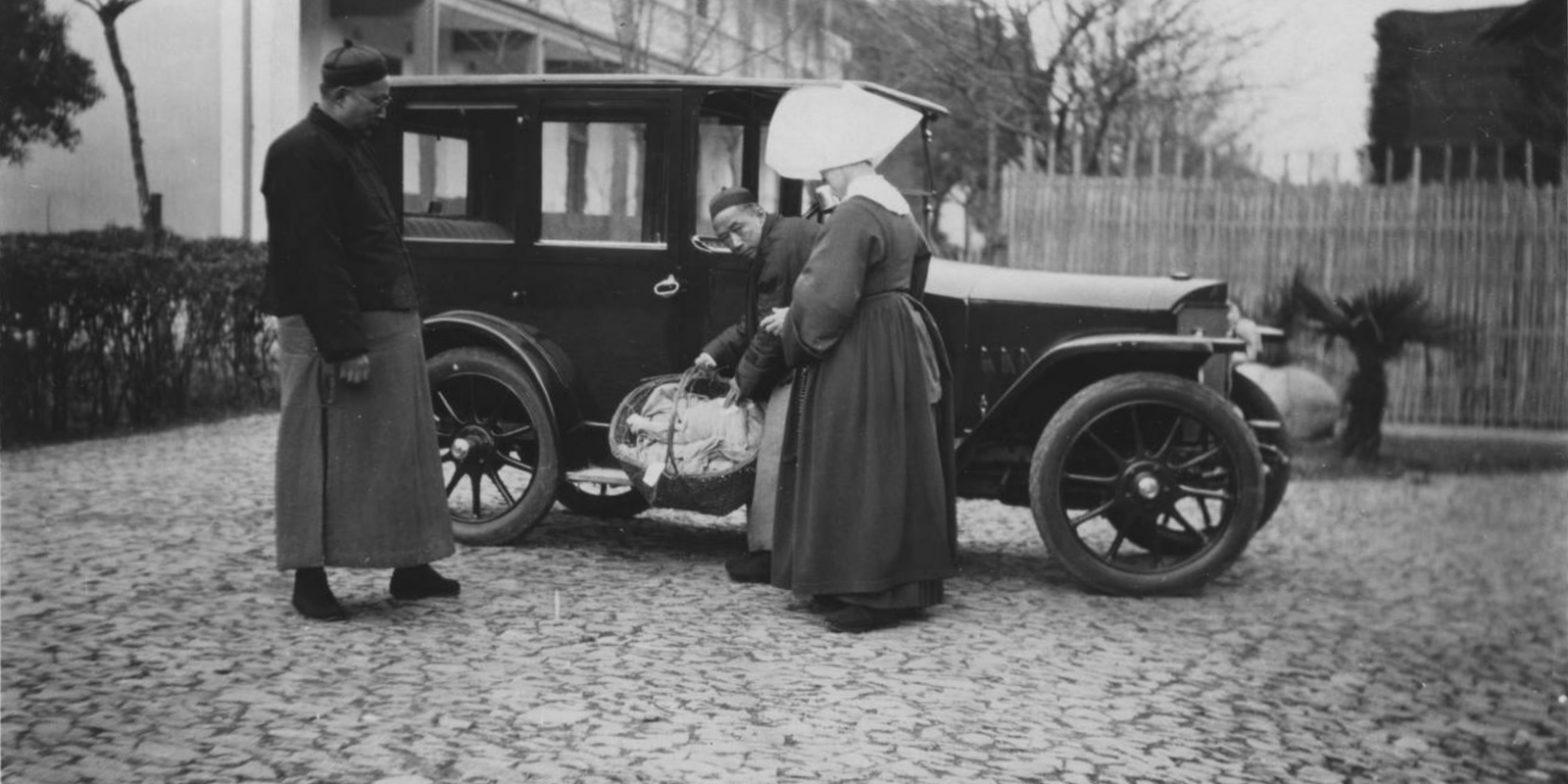 Подброшенных младенцев доставляют в Дом призрения в 1920 году (с) Maryknoll Mission Archive