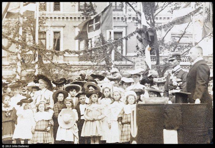Принц Адальберт и немецкая публика на церемонии закладки краеугольного камня в 1904 году. Источник: Leo Dudeney, Historical Photographs of China