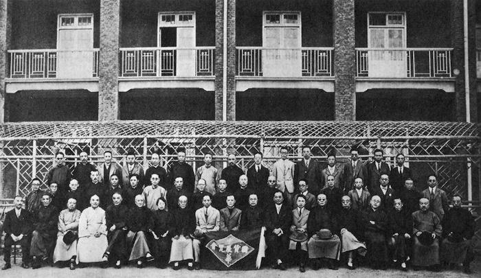 Собрание спонсоров в 1928 году на фоне корпусов Дома призрения. Источник: Shanghai Municipal Archive