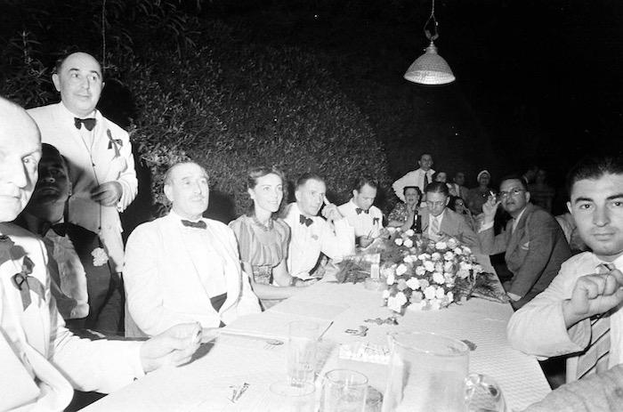 Столик жюри конкурса в 1940 году; слева А. Вертинский, рядом через одного В. Сассун и Л. Андерсен. Источник: A. T. Hull
