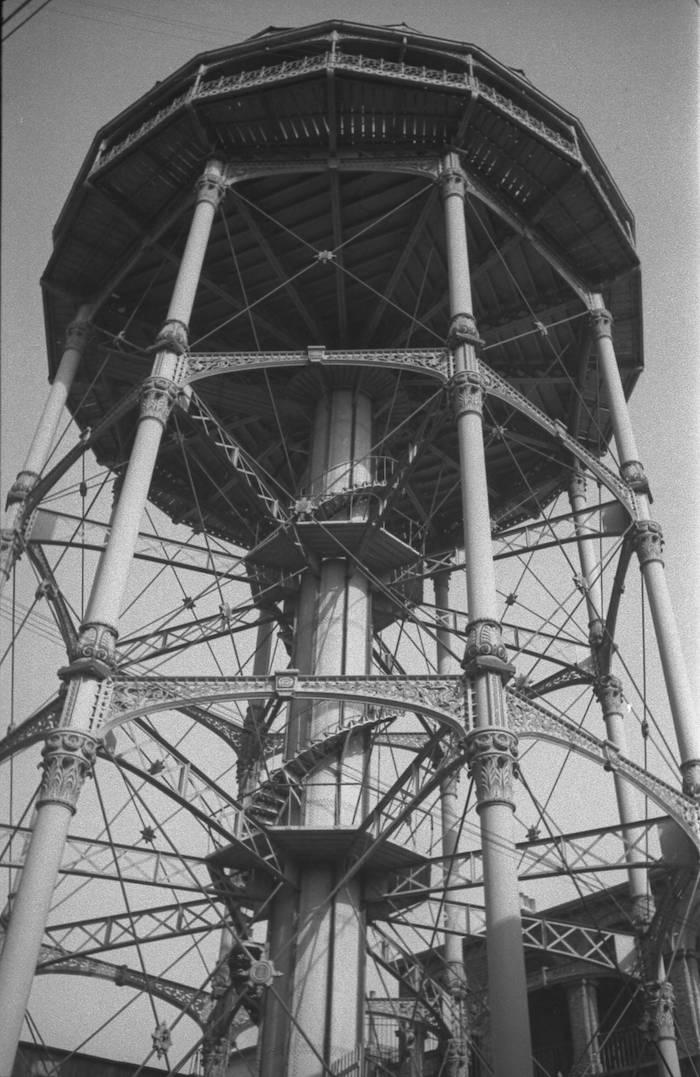 Вид башни снизу. Источник: Harrison Forman