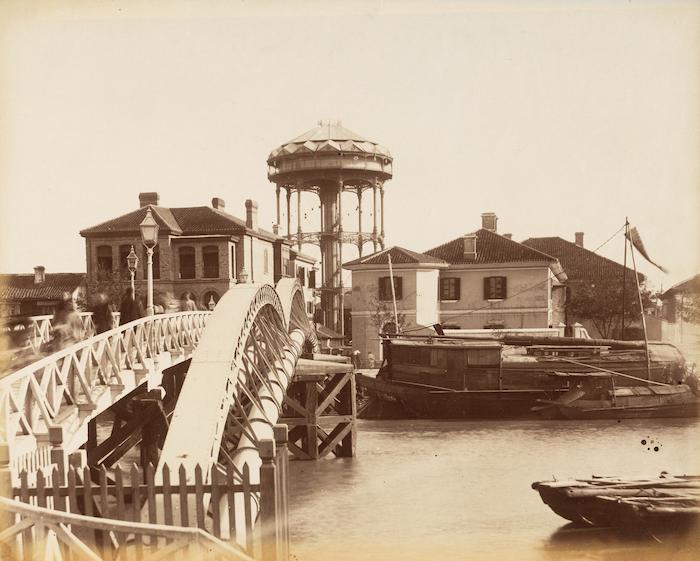 Водопровод через речку Сучжоу и водонапорная башня в конце 19-го века. Источник: Getty Research Institute