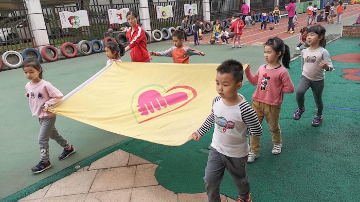 """Детский садик """"Юйлань"""" готовится к Дню. Источник: Ni Dandan / Sixth Tone"""
