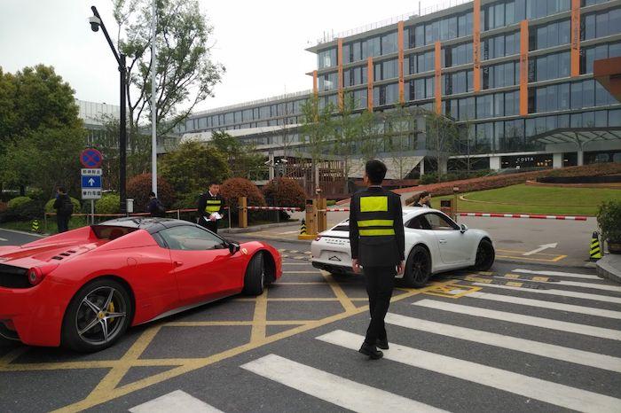 Будете работать 996 - и вы тоже себе сможете позволить Феррари. Ну или хотя бы ваш начальник сможет. На фото — проходная штабквартиры Alibaba. Источник: t.me/china_off