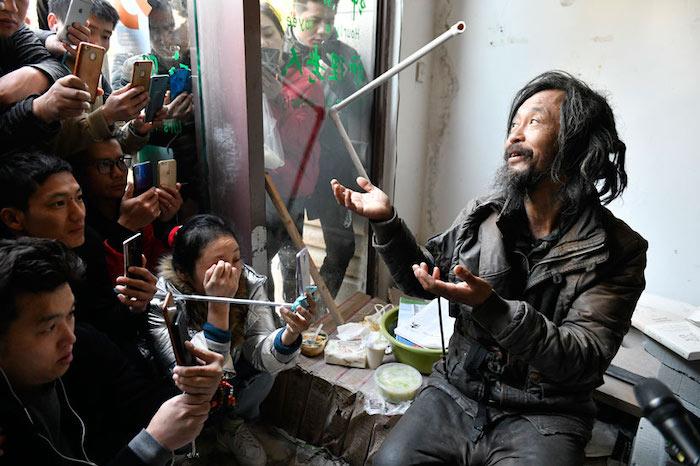 Шэнь в окружении стримеров. Источник: Zhuang Fang / BonfireStory