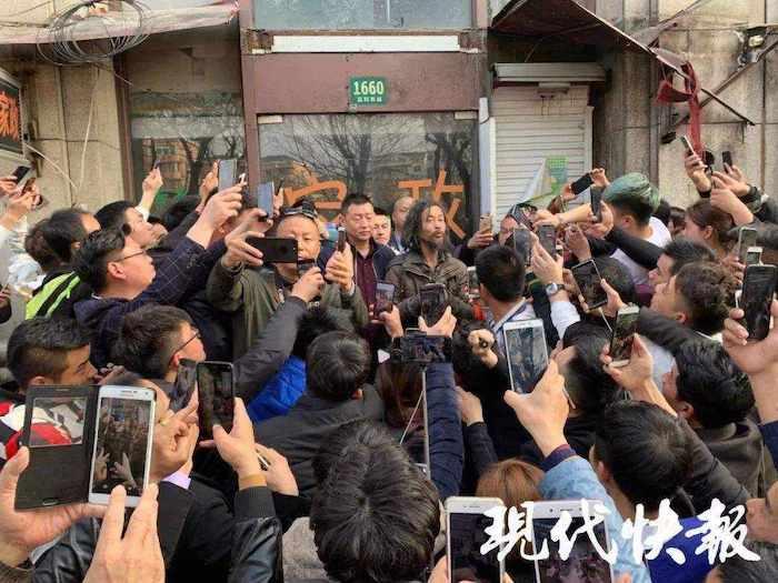 Когда место обитания Шэня было раскрыто, вход в его жилище буквально забаррикадировали. Источник: 3g.163.com