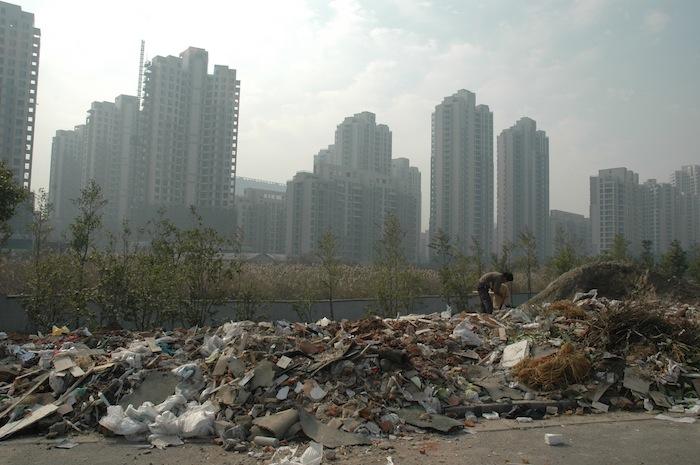 Незаконные свалки - еще одна проблема, которую приходится решать быстро растущим городам. Источник: Wikimedia Commons