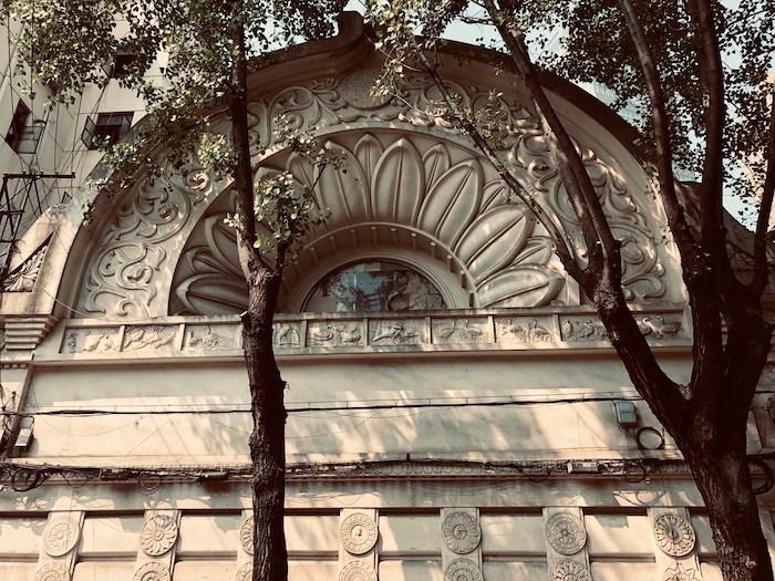 Арка над зданием на Чжапу Лу. Источник: Facebook 走跳上海建築 Wandering thru Shanghai Architecture