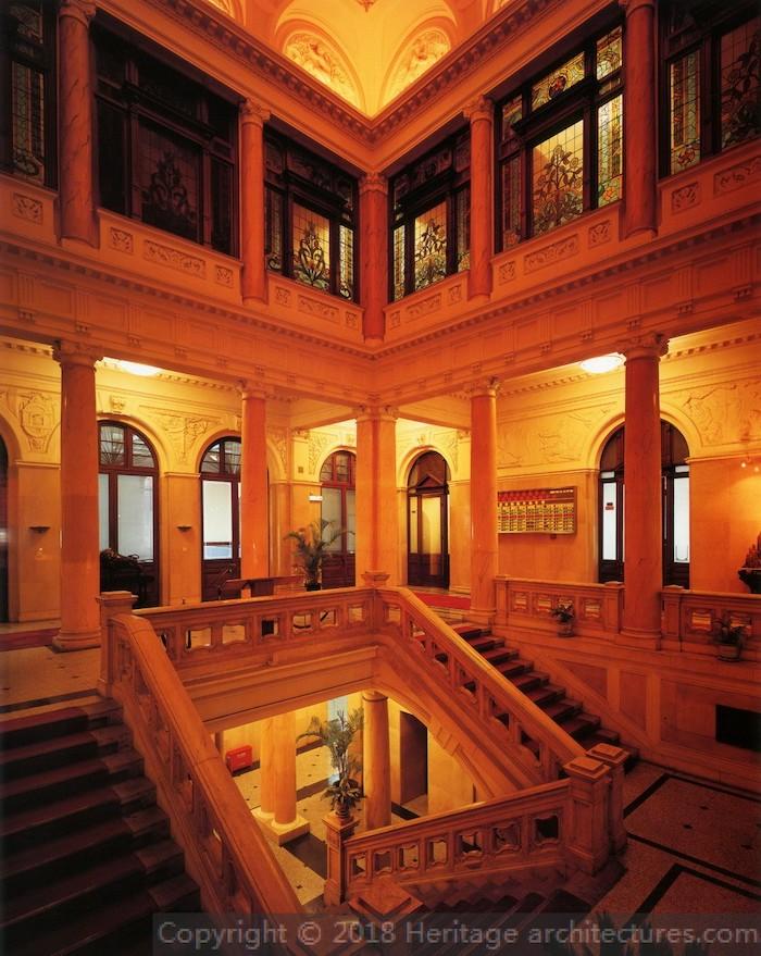 Фойе и внутренняя лестница. Источник: heritage-architestures.com