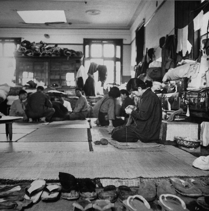 Гражданское население коротает дни в заключении в ожидании репатриации в конце 1945 года. Источник: George Lacks