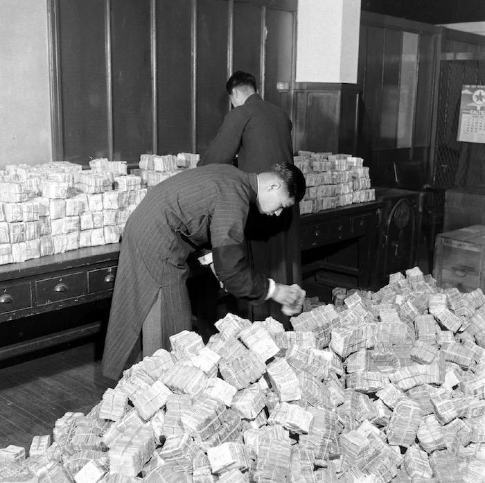 Инфляция сделала выплаты буквально неподъемными. Источник: Jack Birns (1949)