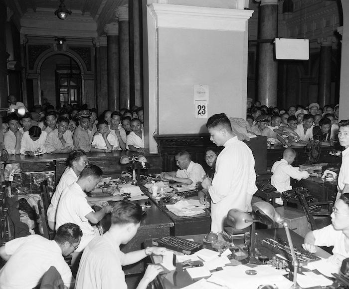 Клиенты штурмуют кассовый зал Центрального банка Китая попытках купить золото в августе 1948 года. Источник: Getty
