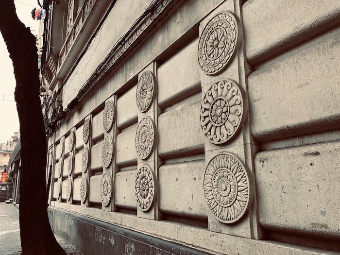 Лотосы-мандалы вдоль фасада. Источник: Facebook 走跳上海建築 Wandering thru Shanghai Architecture