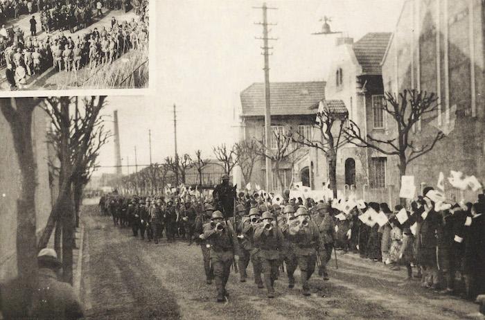 """Население """"Маленького Токио"""" провожает японских солдат сражаться с китайской армией в 1932 году. Источник: 满洲建国及上海大事变史"""