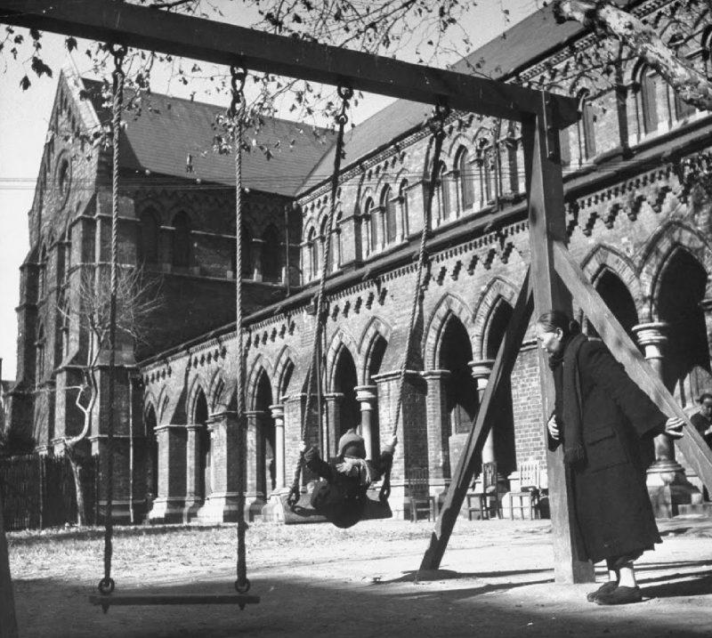 Парк у собора использовался как детская площадка в 1940-е годы. Источник: Jack Birns