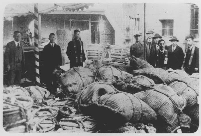 Распределение гуманитарной помощи из Японии в храме Ниси Хонгандзи. Источник: minguotupian.com