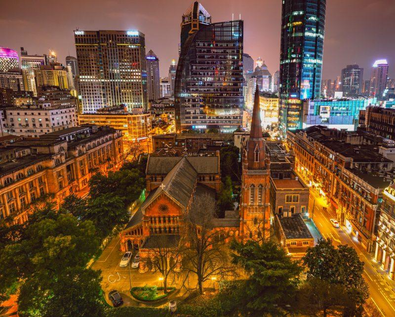 Вечерний вид с высоты на церковный сад и собор Святой Троицы. Источник: AbeChu for tuchong.com