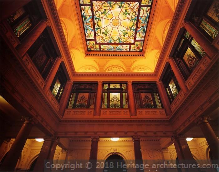 Витражный потолок в кассовом зале. Источник: heritage-architestures.com