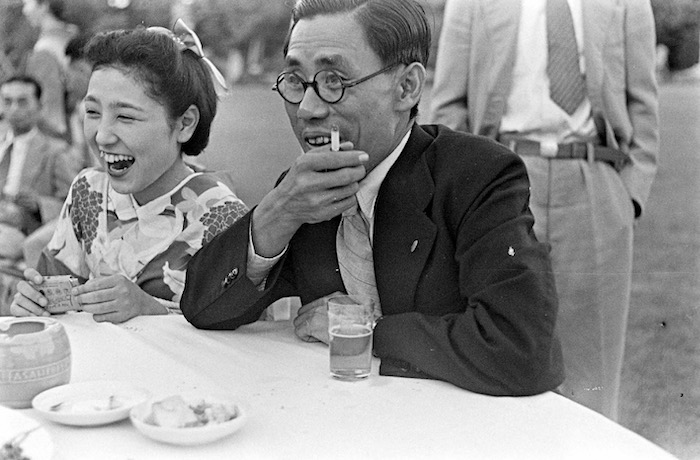 Японские бизнесмены обедают на свежем воздухе с гейшами в 1940 году. Источник: A. T. Hull Jr.
