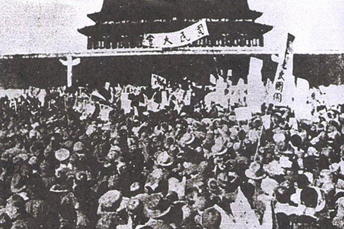 Демонстрация студентов на площади перед воротами Тяньаньмэнь в 1919 году. Источник: wikipedia.org