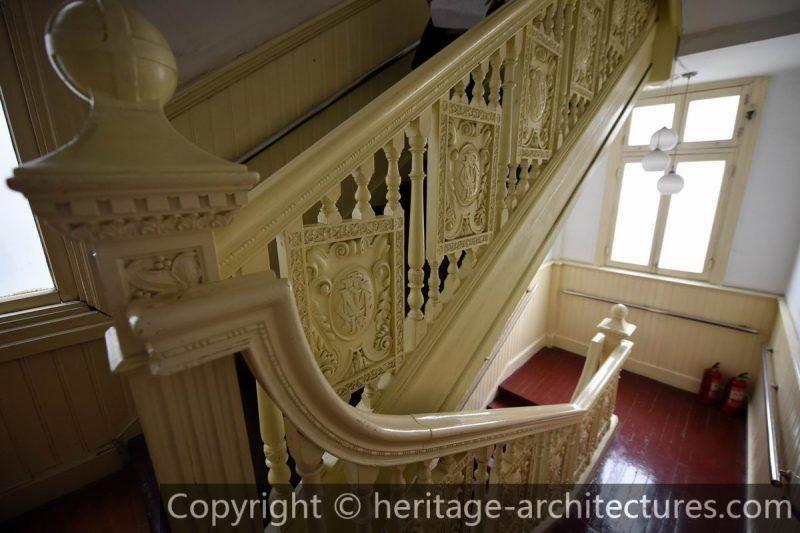 Инициалы компании _C.M.L.I._ вплетены в дизайн лестницы. Источник: heritage-architectures.com