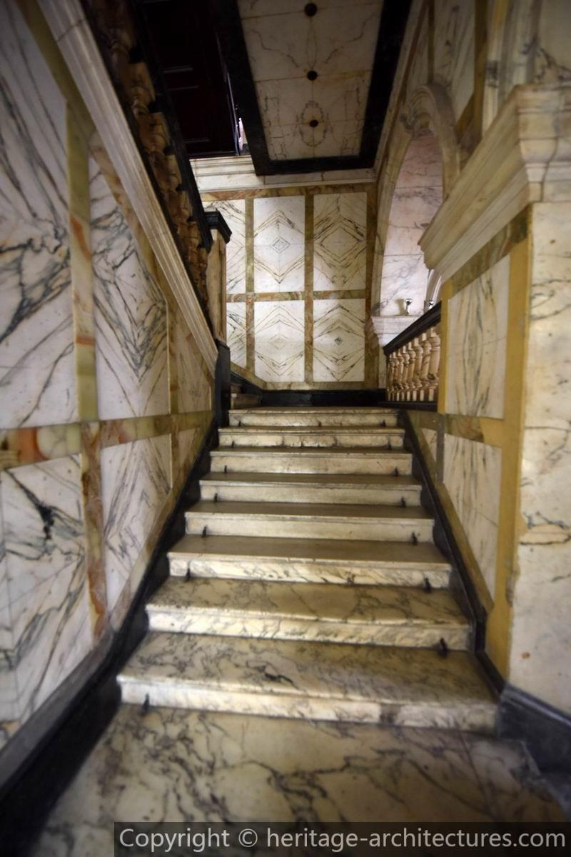 Лестница из итальянского мрамора. Источник: heritage-architectures.com